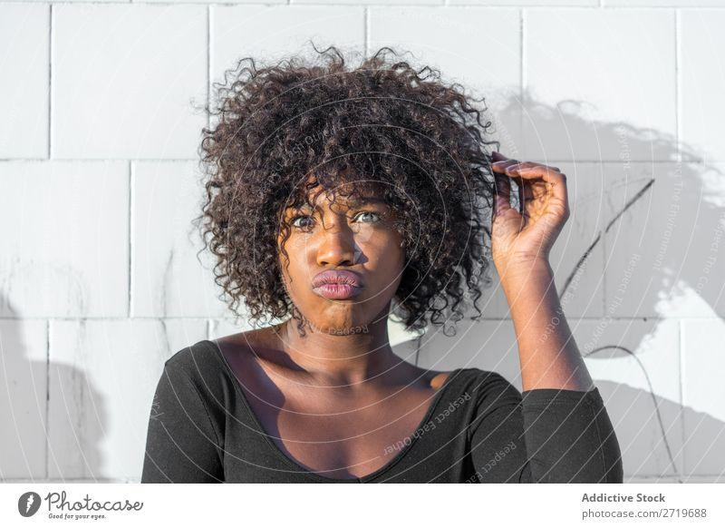 Ethnische Frau, die Gesichter macht urwüchsig schön Jugendliche Porträt Mensch attraktiv