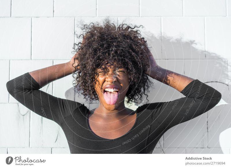 Ethnische Frau, die Gesichter macht urwüchsig hübsch schön Jugendliche Porträt Grimassen schneiden Gesichter machen Mensch attraktiv lockig schwarz