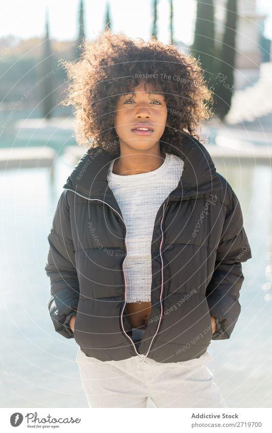 Stilvolle Frau am Stadtteich urwüchsig hübsch schön Jugendliche Teich Park Coolness Großstadt Porträt Mensch attraktiv lockig schwarz Gesicht