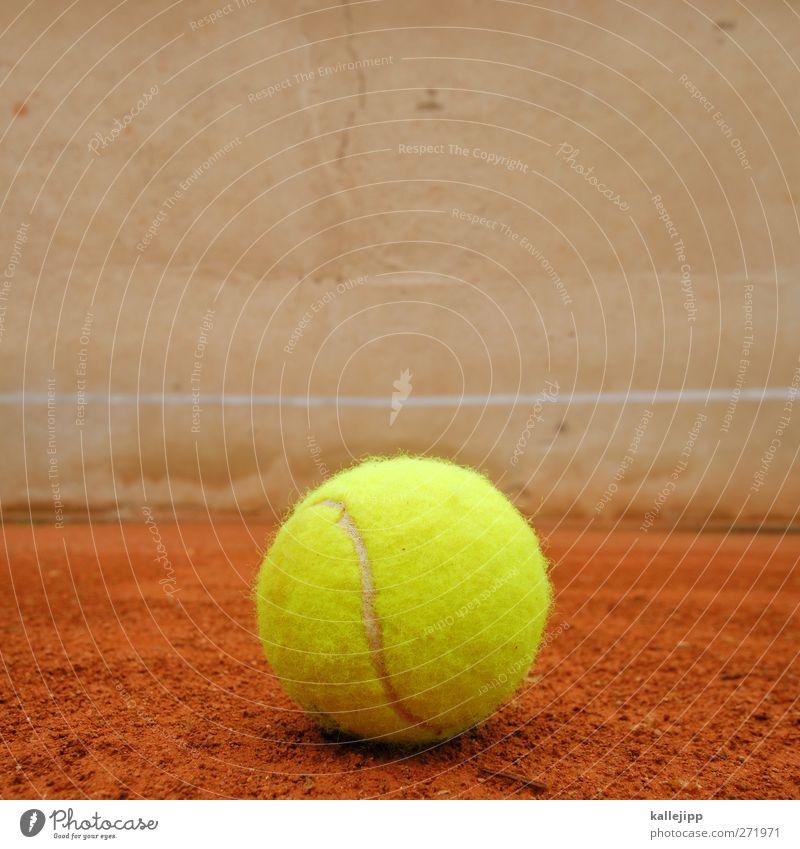 großes tennis Freizeit & Hobby Spielen Sport Sportstätten Sand rund gelb rot Tennis Tennisball Linie Mauer Sandplatz Tennisplatz Farbfoto mehrfarbig