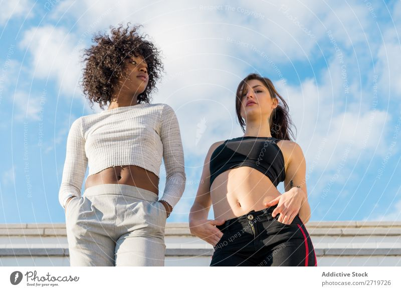 Junge, stylische Frauen auf der Treppe schön Jugendliche Blick in die Kamera Zusammensein Coolness Großstadt Stadt