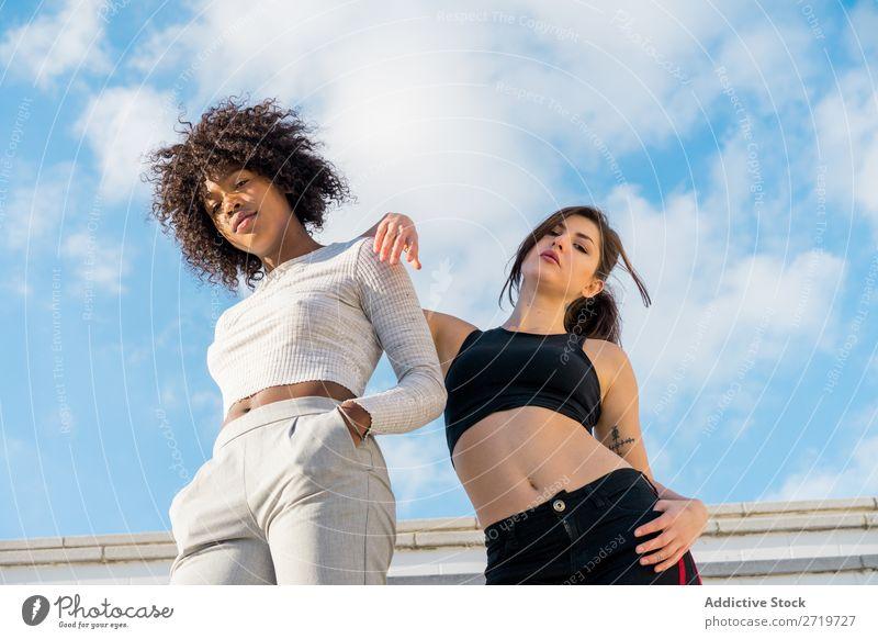 Junge, stylische Frauen auf der Treppe hübsch schön Jugendliche Blick in die Kamera Hände in den Taschen Zusammensein Coolness Großstadt Stadt Stil Porträt