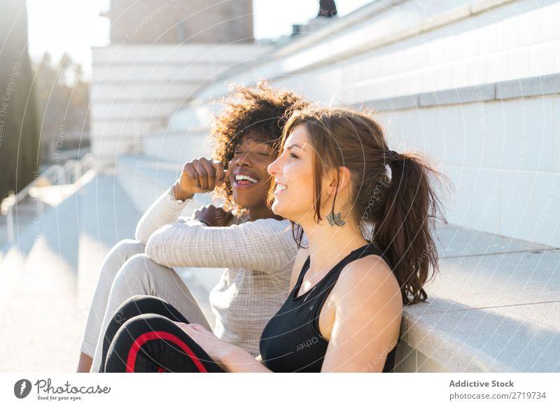 Glückliche Freunde auf der Treppe sitzen Frau hübsch schön Jugendliche Freitreppe Coolness Großstadt Stadt Stil Porträt Mensch attraktiv lockig schwarz Gesicht