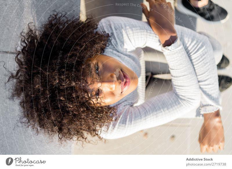 Hübsche ethnische Frau auf den Stufen urwüchsig schön Jugendliche Porträt Lächeln heiter