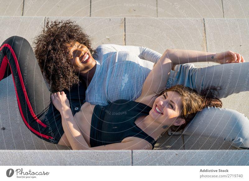 Glückliche Freunde auf der Treppe sitzen Frau hübsch schön Jugendliche Freitreppe Blick in die Kamera Coolness Großstadt Stadt Stil Porträt Mensch attraktiv