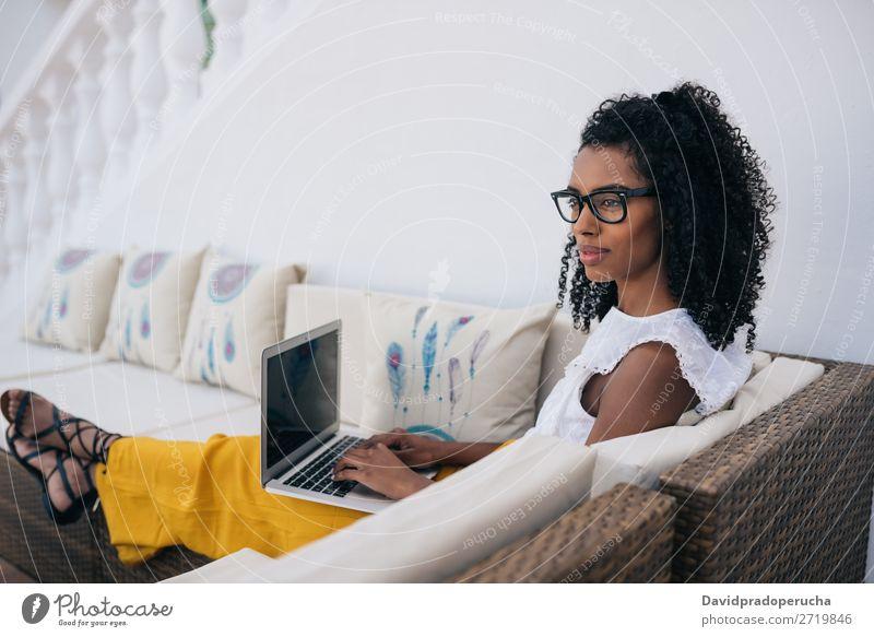 Frau, die von zu Hause auf dem Hof an ihrem Computer arbeitet. Business urwüchsig Mitteilung krause Haare Arbeit & Erwerbstätigkeit Technik & Technologie Profil