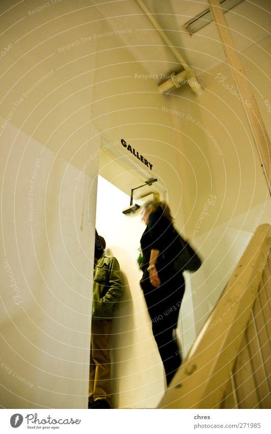 Mensch Frau Jugendliche grün weiß schwarz Erwachsene feminin Leben sprechen Holz Stein braun 18-30 Jahre Treppe stehen