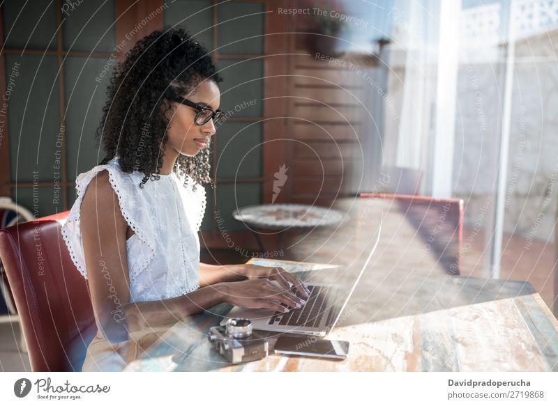 Frau, die am Laptop arbeitet Business ethnisch Mitteilung Computer Lächeln Funktelefon krause Haare PDA Arbeit & Erwerbstätigkeit Technik & Technologie lernen