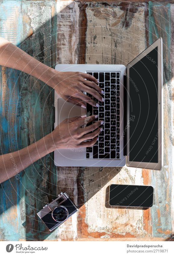 Frauenhände arbeiten von zu Hause aus an ihrem Computer. Feldfrüchte unkenntlich Business urwüchsig anonym gesichtslos Mitteilung Tippen Hand Vogelperspektive