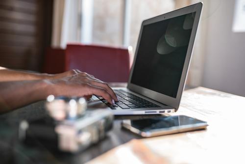 Frauenhände arbeiten von zu Hause aus an ihrem Computer. Feldfrüchte unkenntlich Business urwüchsig anonym gesichtslos Mitteilung Tippen Hand Handy PDA