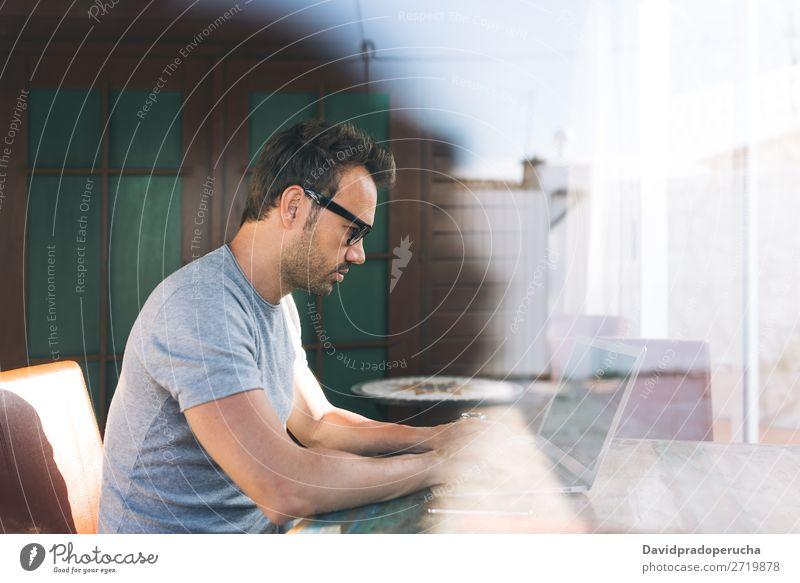 Mann arbeitet am Laptop Business Mitteilung Computer Funktelefon PDA Arbeit & Erwerbstätigkeit Technik & Technologie lernen Textfreiraum Geschäftsmann Profil