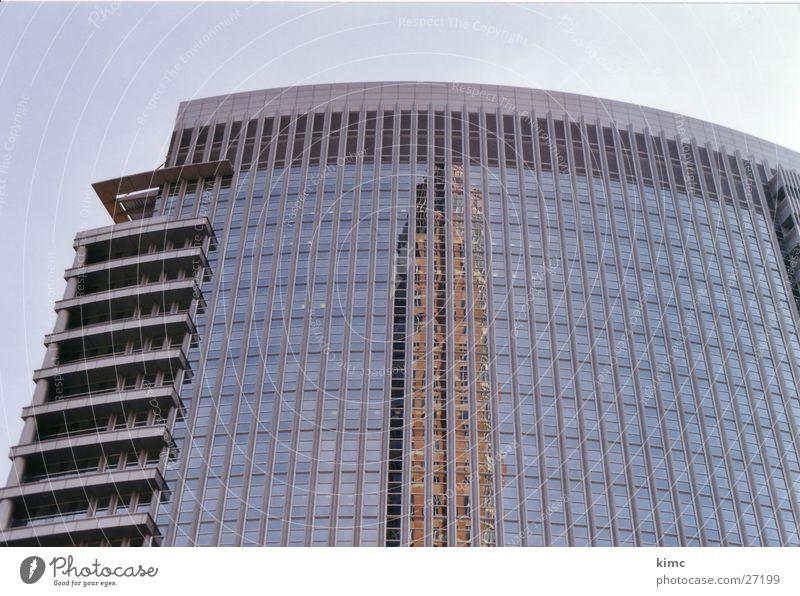 Spiegelung des Messeturms Frankfurts Gebäude Hochhaus Reflexion & Spiegelung Frankfurt am Main Architektur Himmel