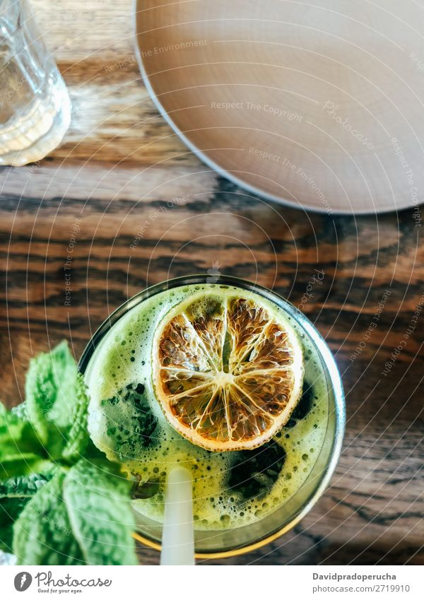 Draufsicht auf grünen Salat mit grünem Saft Handy Trinkhalm trinken Tisch gelb Handtuch Lebensmittel Entzug