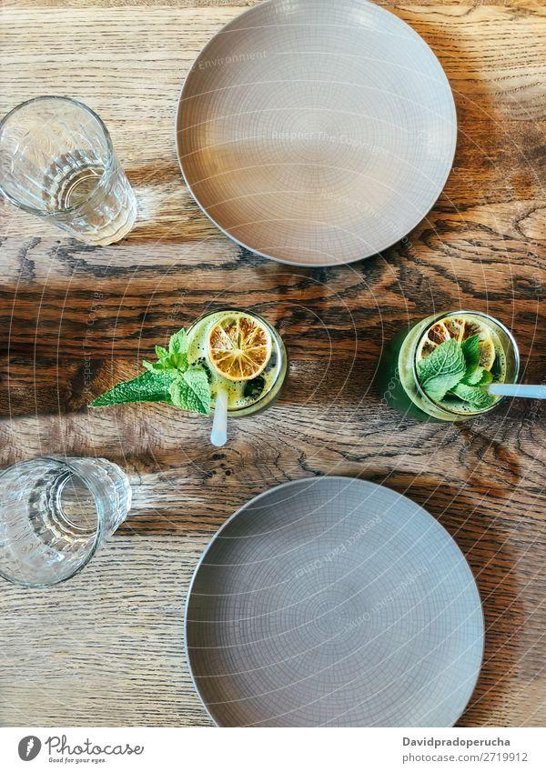 Draufsicht auf grünen Salat mit grünem Saft Biografie Handy Trinkhalm trinken Tisch gelb Handtuch Glas Lebensmittel Entzug Essen Milchshake gemischt