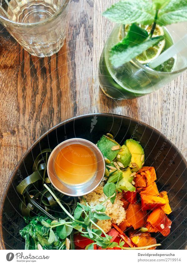 Draufsicht auf grünen Salat mit grünem Saft Gesundheit Vegane Ernährung Vegetarische Ernährung Mahlzeit Mittagessen Hintergrundbild Diät Lebensmittel organisch