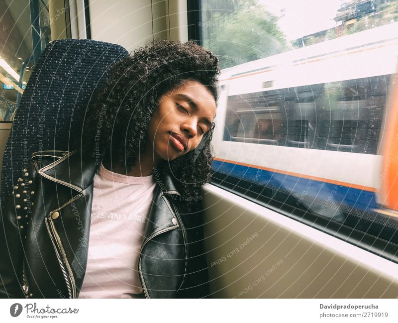 Müde schwarze Frau, die im Zug schläft. Verkehr Arbeitsweg schlafend Müdigkeit Eisenbahn Fenster Ferne schläfrig träumen anlehnen Wagen Lifestyle Ausflug