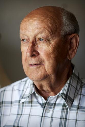 Großväterchen II maskulin Mann Erwachsene Männlicher Senior Großvater Kopf 1 Mensch 60 und älter Lächeln Blick alt authentisch Fröhlichkeit braun grau