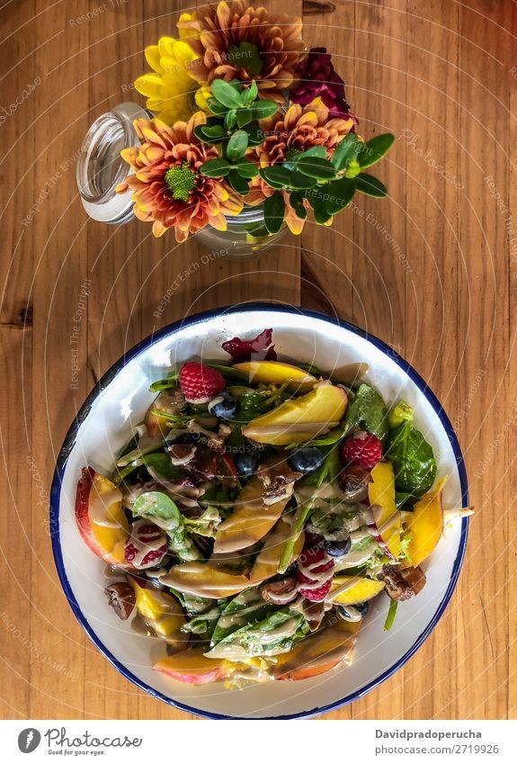 Draufsicht auf grünen Salat mit Früchten Mahlzeit Mittagessen Vegetarische Ernährung Hintergrundbild weiß Diät Gesundheit Lebensmittel organisch Vorspeise