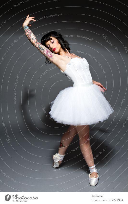 Swan Balletttänzer Tattoo Frau Tanzen Konto Kontrolle Gegenteil außergewöhnlich Tanzrock Studioaufnahme Porträt Opernhaus Kleid Rock Rockmusik Ballettschuhe