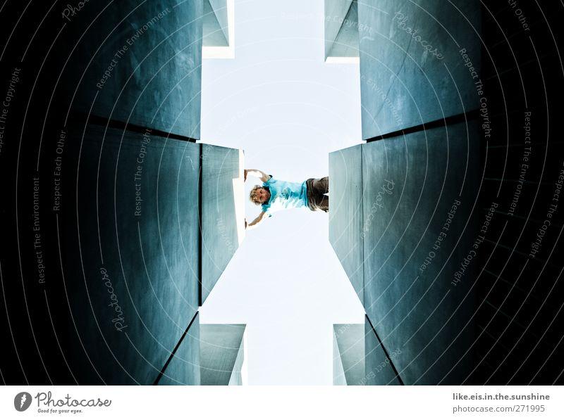 MUT Junger Mann Jugendliche Erwachsene 1 Mensch 18-30 Jahre Mauer Wand eckig hoch blau Mut Beton Betonmauer Betonwand Zentralperspektive Durchblick Tunnelblick