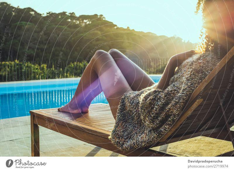 Frau, die sich auf einer Hängematte entspannt und den Sonnenuntergang am Schwimmbad genießt. schön Buch Stuhl bequem Landschaft Tag Schiffsdeck genießend Genuss