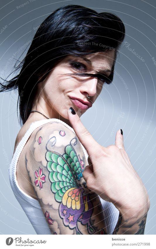 rock it Frau Mensch Tattoo tätowiert Tätowierer Porträt Junge Frau Europäer Freisteller isoliert weiß Hintergrundbild feminin Jugendliche 13-18 Jahre Arme Hand