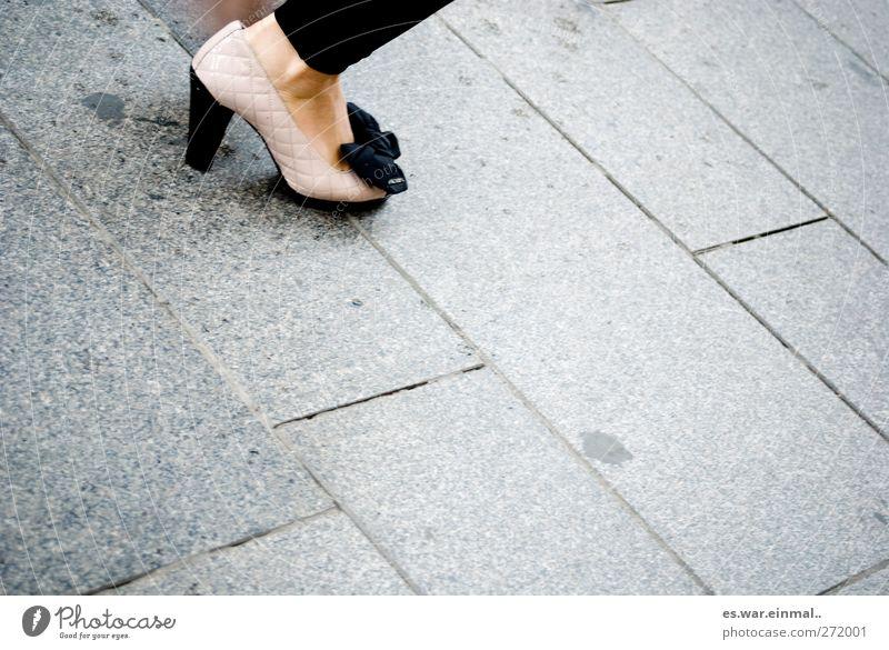 milano chic feminin Fuß Mode Arbeitsbekleidung Schuhe Schleife laufen Erotik schick Aussehen Image Dame Damenmode gehen Damenschuhe Schuhabsatz Farbfoto
