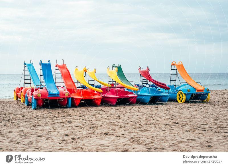 bunte Pedale auf dem Strandsand Tretboot Sommer Wasserfahrzeug mehrfarbig Paddel Ferien & Urlaub & Reisen Katamaran rot Hintergrundbild weiß gelb Außenaufnahme