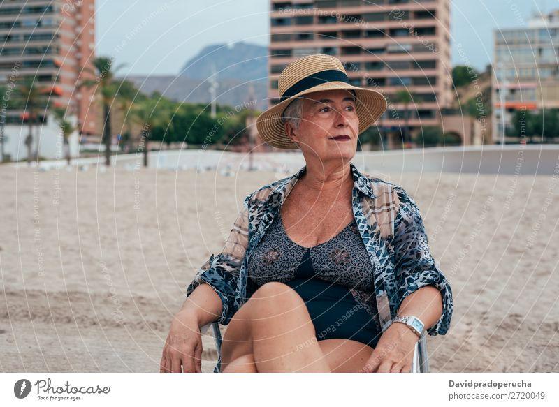 Ältere Frau am Strand mit Strohhut Ferien & Urlaub & Reisen alt Senior Freizeit & Hobby Kaukasier natürlich Glück graue Haare genießen Erholung Textfreiraum