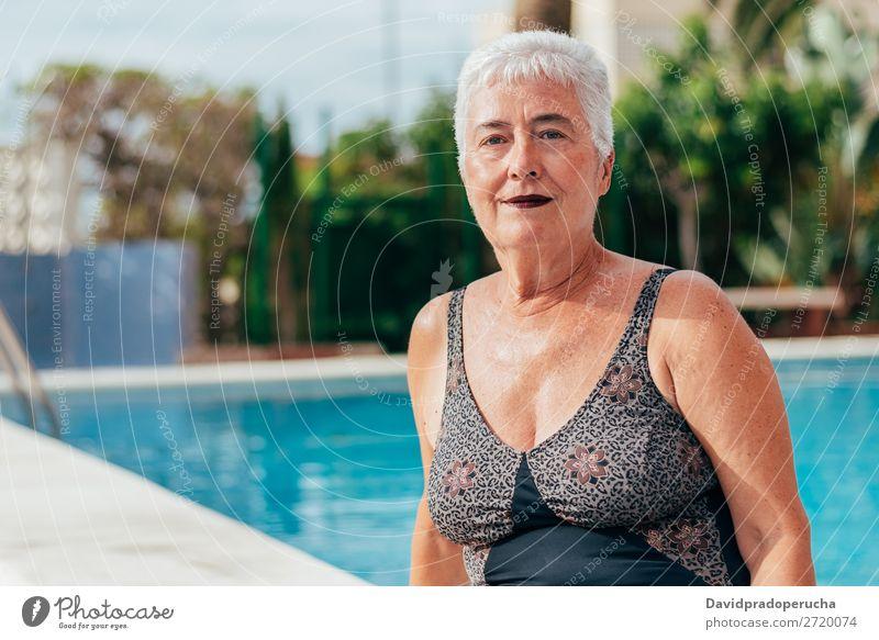 Ältere alte Frau graue Haare am Schwimmbad sitzend Ferien & Urlaub & Reisen Senior Freizeit & Hobby Wellness Kaukasier natürlich Glück genießen Erholung