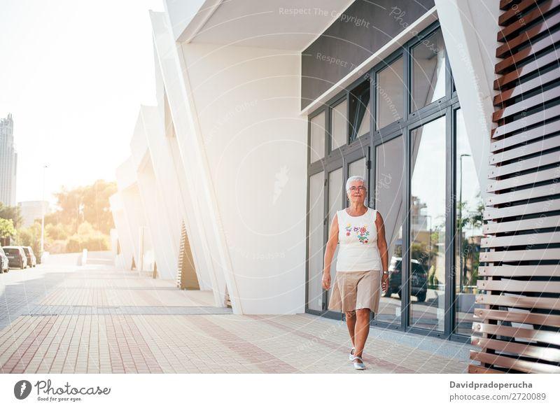 Ältere Frau, die auf der Straße geht. graue Haare alt Beautyfotografie in den Ruhestand getreten Mensch Senior Erholung laufen niedlich attraktiv horizontal