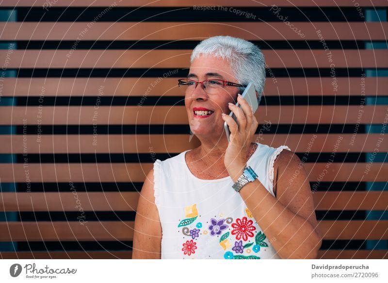 Glückliche ältere Frau auf dem Handy graue Haare alt PDA Technik & Technologie Porträt Beautyfotografie Mitteilung heiter in den Ruhestand getreten Mensch