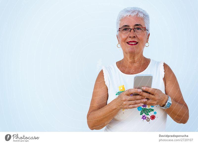 Glückliche ältere Frau auf dem Handy graue Haare alt Porträt Beautyfotografie in den Ruhestand getreten Mensch Senior Mitteilung Erholung Technik & Technologie