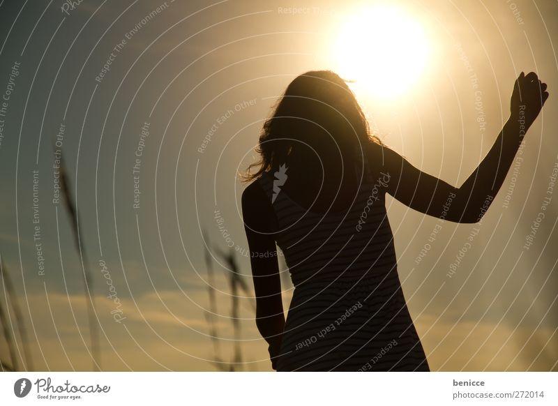Frühlingstag Frau Mensch Junge Frau Gegenlicht Sonne Sonnenstrahlen Sommer gehen Wiese Natur Gras Spaziergang Einsamkeit Silhouette Schatten Wärme Licht Himmel