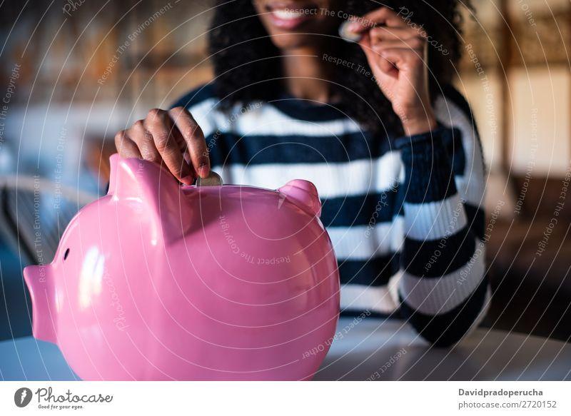 Schwarze Frau mit Sparschweinbank Spardose Einsparungen Erfolg Business Bargeld schwarz Geld Geldmünzen Euro schön Glück heiter Investition Vermögen