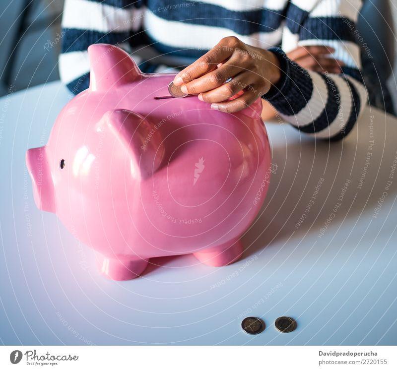 Schwarze Frau mit Sparschweinbank Spardose Einsparungen Erfolg Business Bargeld Schulden Krise negativ schwarz Problematik Geld Geldmünzen Euro Investition