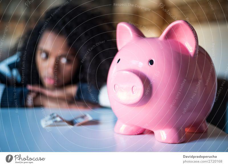 Traurig frustrierte schwarze Frau mit Sparschwein Spardose Schulden Krise Traurigkeit Haushaltsplan Wut beunruhigt Kapitalwirtschaft verärgert Stress Fürsorge