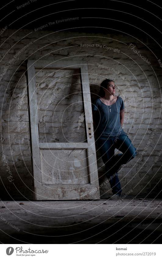 AST5 | Standing up there Mensch Frau alt weiß Einsamkeit Gesicht Erwachsene dunkel feminin Wand Leben Gefühle Mauer Beine träumen Innenarchitektur
