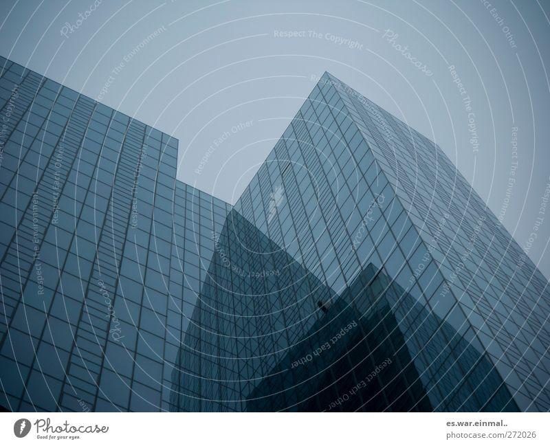 verrückt High-Tech Gebäude Architektur Hochhaus groß Unendlichkeit Stadt blau-grau Technik & Technologie Himmel klinisch reduziert hoch Farbfoto