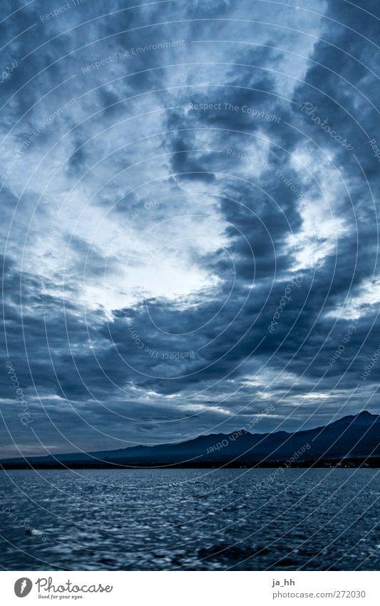 Morgen Klima Klimawandel Wetter Unwetter Wind Sturm Regen Gewitter Wellen Küste Meer Umweltverschmutzung Indonesien Bali Wolkenberg Morgendämmerung
