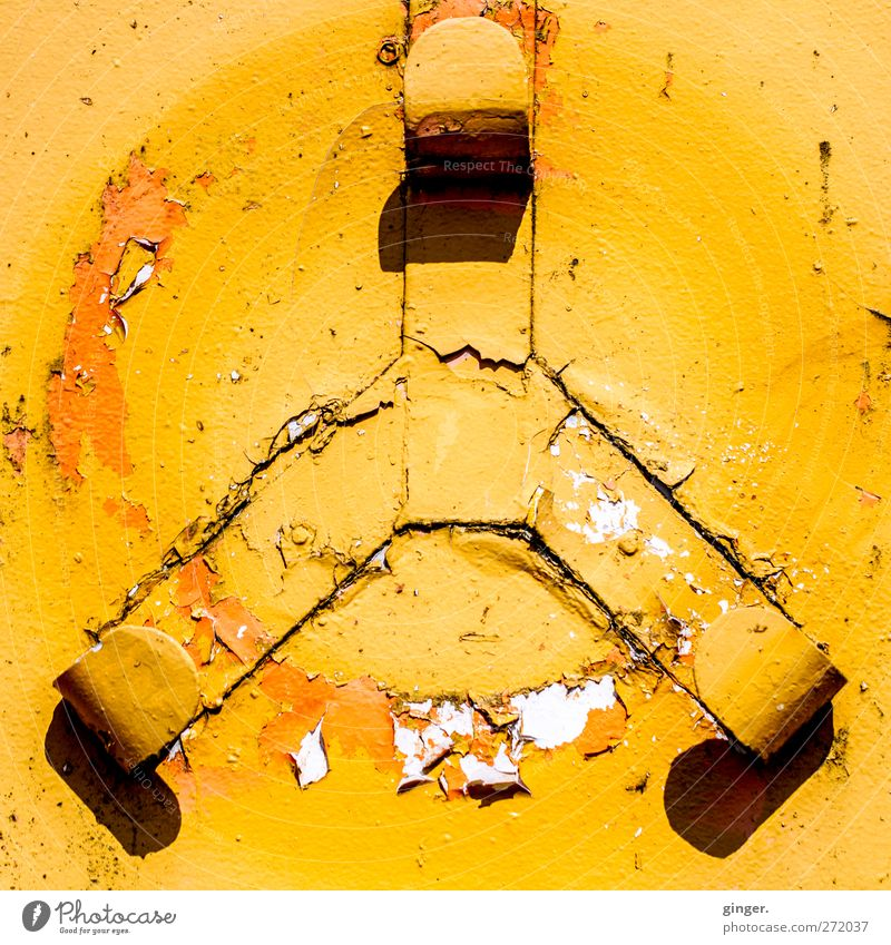 Hiddensee | 400 x Weltfrieden Zeichen Ornament gelb aufhängen fehlen Kreis Strebe Haken 3 orange Wand abblättern verfallen alt Farbstoff eingeprägt Farbfoto