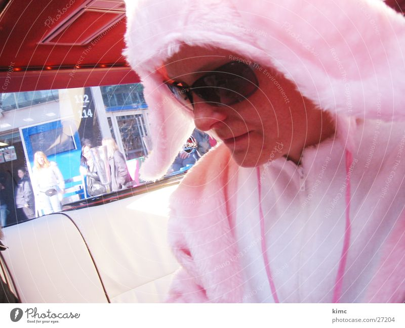 Osterbunny Ostern Frau PKW Denken rosa Coolness Sonnenbrille Brille Osterhase Limousine rosarote Brille