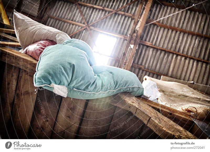 Frau Holles Dachboden blau Fenster dunkel Wand Holz Mauer braun Armut Häusliches Leben Bauwerk Bettwäsche gruselig türkis Lagerhalle