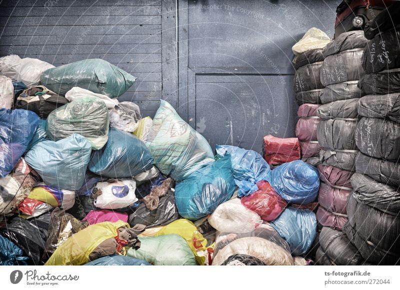 Säcke für Afrika blau Farbe Wand grau Mauer Armut Bekleidung Vergänglichkeit Kunststoff Müll Verfall chaotisch trashig Lagerhalle hässlich Verpackung
