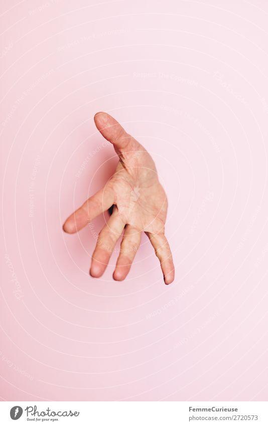 Outstretched hand of a woman feminin 1 Mensch Kommunizieren verstecken Wachsamkeit ausgestreckt spreizen Hand rosa anonym verdeckt Farbfoto Studioaufnahme