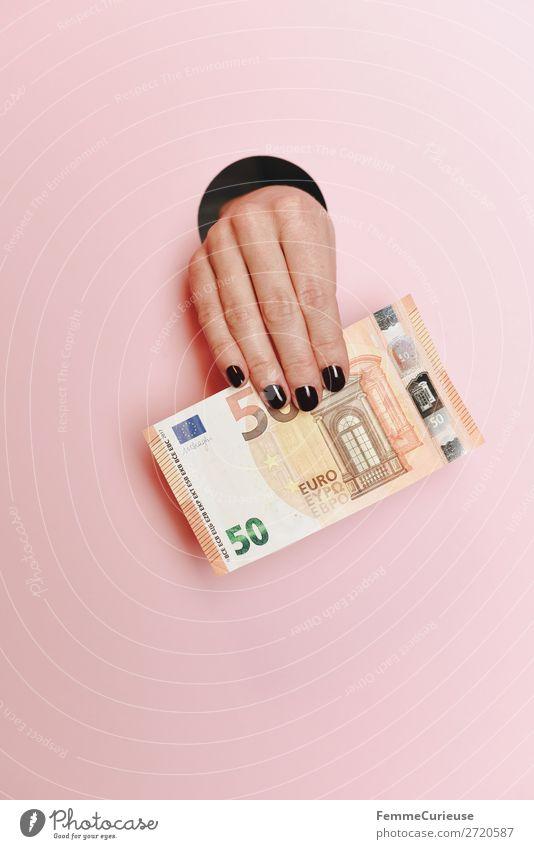 Hand of a woman holding a 50 Euro note feminin 1 Mensch Kapitalwirtschaft Euroschein € Geld Geldscheine finanziell Aktien rosa festhalten Kreis Finger Nagellack