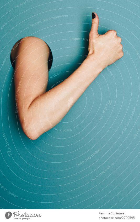 Woman showing thumb up gesture Mensch Hand feminin Kommunizieren Kraft Kreativität hoch Kreis gut positiv Daumen gestikulieren Zustimmung Oberarm ausgeschnitten