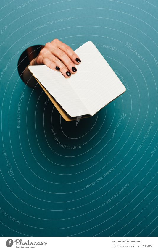 Hand of a woman holding a notebook in the camera feminin 1 Mensch Schreibwaren Papier Kommunizieren Notizbuch leer festhalten zeigen haltend türkis Kreis