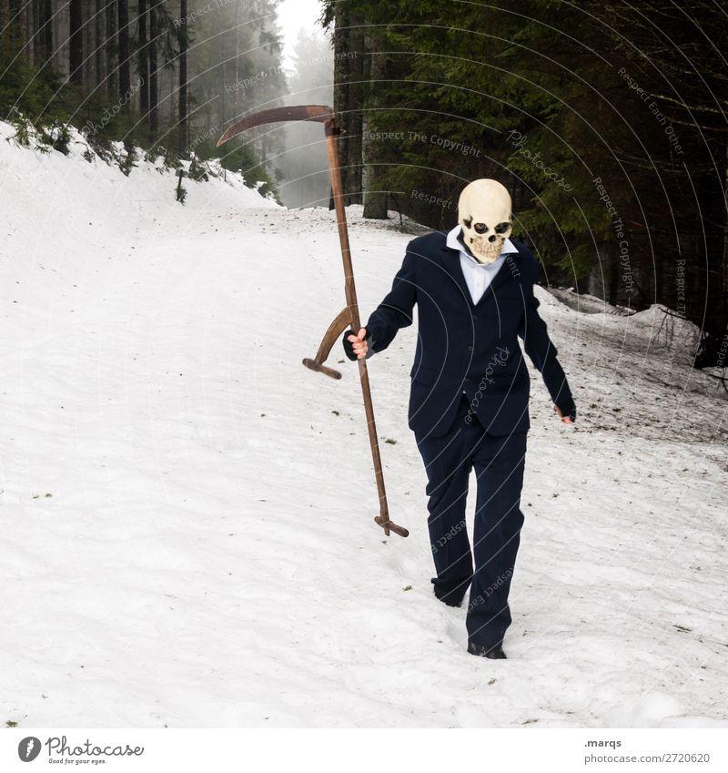 Sensenmann androgyn Leben Körper 1 Mensch Nebel Schnee Wald Hemd Anzug Schädel gehen bedrohlich gruselig kalt Angst Todesangst Religion & Glaube Farbfoto