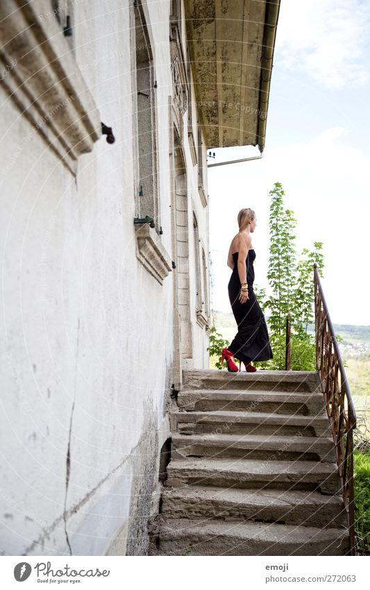 bewegt feminin Junge Frau Jugendliche 1 Mensch 18-30 Jahre Erwachsene Mode Kleid Damenschuhe schön Erotik Prinzessin elegant Treppe Haus Farbfoto Außenaufnahme